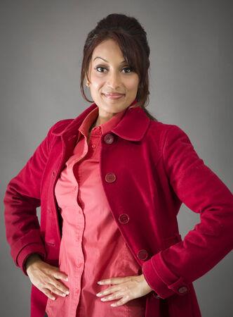 mani sui fianchi: Indiano giovane donna in piedi con le braccia sui fianchi