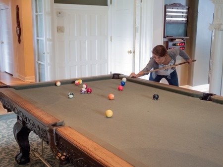 Young woman playing pool Banque d'images