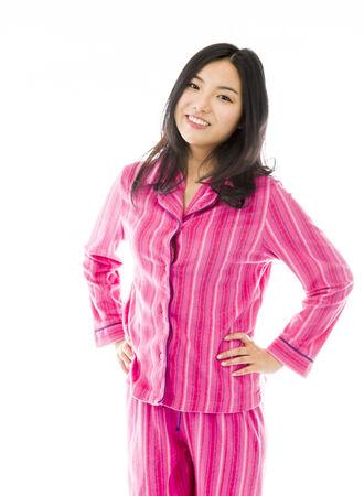 mani sui fianchi: Giovane donna asiatica in piedi con le braccia sui fianchi