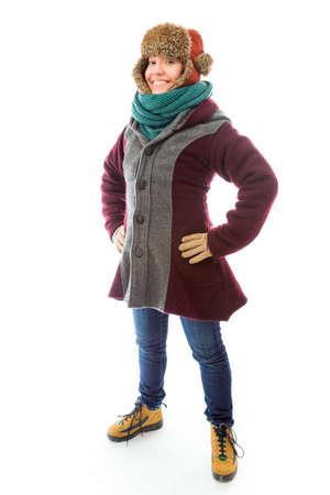 mani sui fianchi: Giovane donna in abbigliamento caldo e in piedi con le braccia sui fianchi