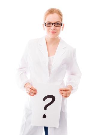 Vrouwelijke wetenschapper tonen vraagteken op witte achtergrond Stockfoto