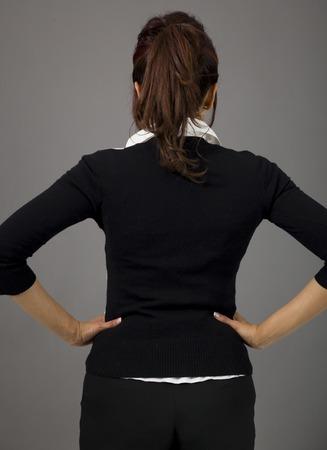 mani sui fianchi: Vista posteriore di indiani d'affari in piedi con le braccia sui fianchi