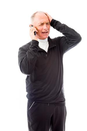 Senior man praten over een mobiele telefoon