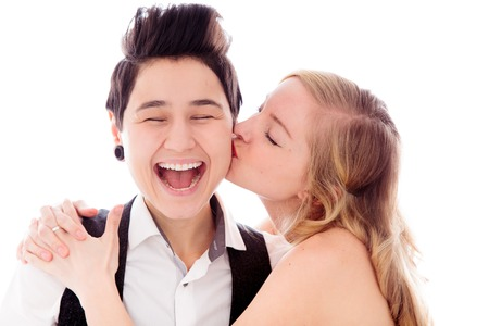 lesbianas: Mujer que besa a su pareja lesbiana