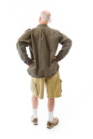 mani sui fianchi: Vista posteriore di un uomo anziano in piedi con le braccia sui fianchi