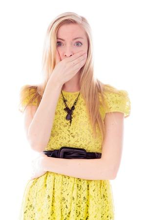 Jonge vrouw met een hand over haar mond Stockfoto