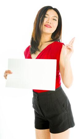 彼女の指で空白のプラカードを持って店員が交差
