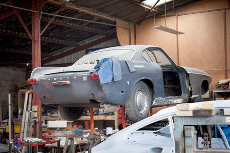 Damaged car in a garage 2011-12-27 5:02:15 AM Redakční