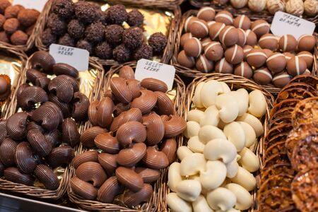 Verscheidenheid van chocolaatjes op een marktkraam, La Boqueria Market, Barcelona, ??Catalonië, Spanje