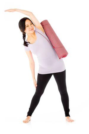 Zwangere volwassen Aziatische vrouw geïsoleerd op een witte achtergrond Stockfoto