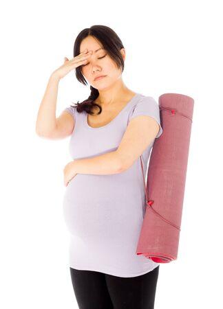 Mujer asiática adulta embarazada aislada en el fondo blanco Foto de archivo - 66276486