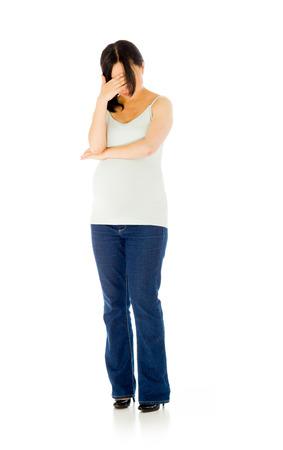 Embarazada mujer adulta asiática aislada sobre fondo blanco Foto de archivo - 66276812