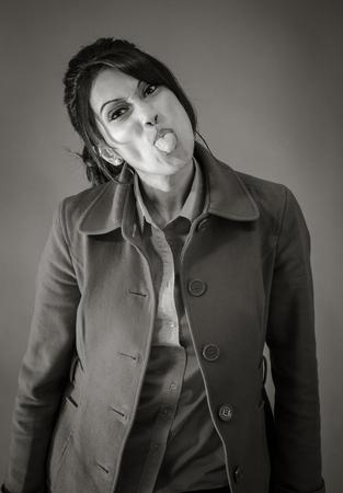 falta de respeto: Mujer india de adultos en el estudio aislado sobre fondo gris, negro y blanco Foto de archivo