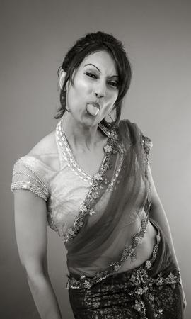 irrespeto: Mujer india de adultos en el estudio aislado sobre fondo gris, negro y blanco Foto de archivo