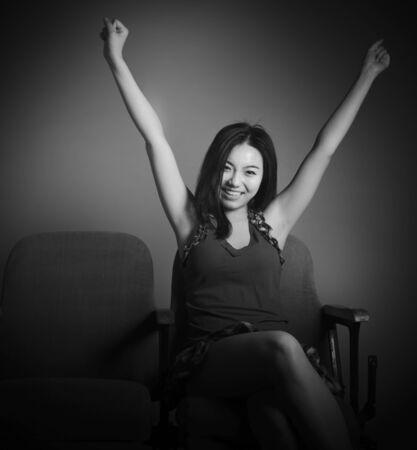 매력적인 아시아 소녀는 극장에서 그녀의 20 대에서 흑백 이미지를 흰색 배경에 격리