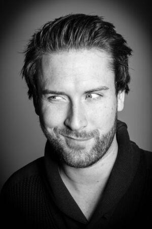 매력적인 30 세 백인 남자 회색 배경에 고립 된 스튜디오에서 촬영, 흑백 이미지