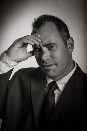 灰色背景: 白人ビジネスマン 40 歳、黒と白のイメージの灰色の背景に分離