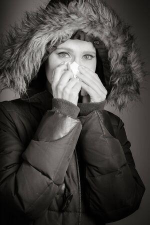flue season: Mujer cauc�sica atractiva en su 30 aislado en un fondo gris, negro y blanco de la imagen Foto de archivo