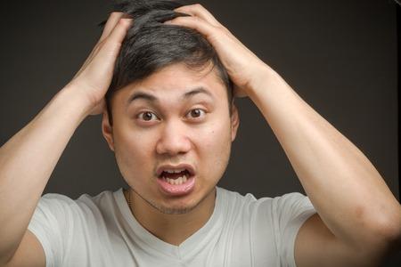 Modelo tirando cabellos estresados