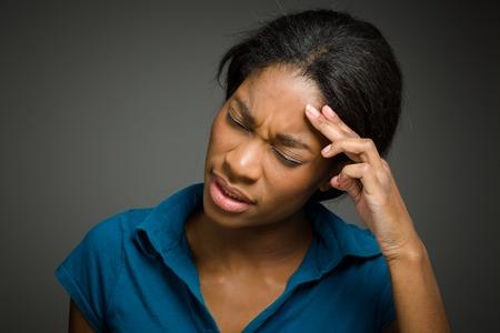 mujeres negras: Aislado Modelo con dolor de cabeza
