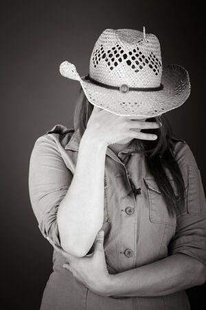 avergonzado: modelo aislado en fondo liso avergonzado el rostro escondido en la mano