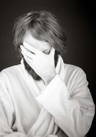 ashamed: Modelo aislado en el llano cara escondite verg�enza en la mano Foto de archivo