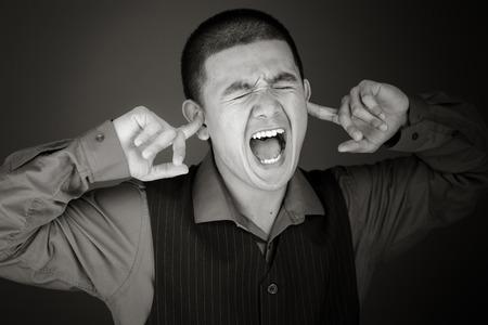 Model geïsoleerd op gewoon inpluggen oren met vingers