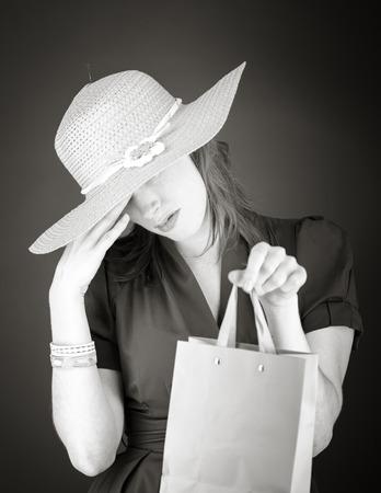 avergonzado: Modelo aislado en el llano cara escondite verg�enza en la mano Foto de archivo