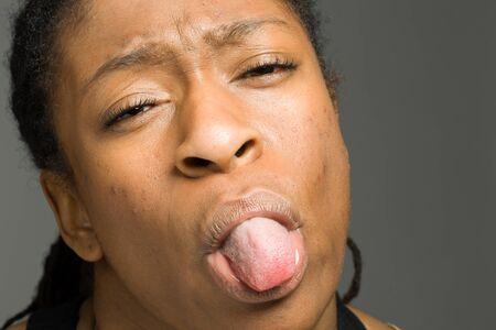 sticking tongue: Aislado Modelo pegue la lengua