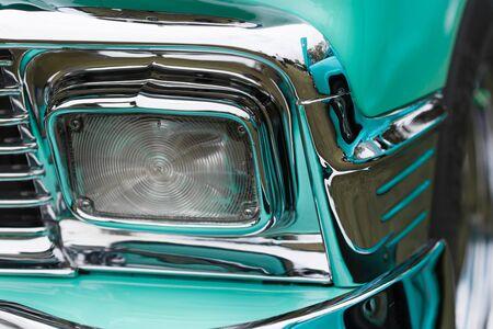 silhouette voiture: Close-up de la forme du rectangle phare d'un brillant voiture classique vintage turquoise Banque d'images