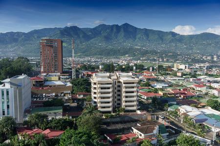 Verhoogde uitzicht op de skyline met bergen op de achtergrond, Costa Rica