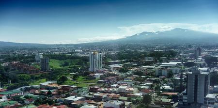 Luchtfoto van stadsgezicht met bergen op de achtergrond, Costa Rica Stockfoto