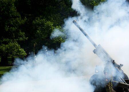 hombre disparando: militar disparar un cañón Foto de archivo