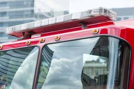 voiture de pompiers: camion Fire engine avec des lumi�res d'urgence Banque d'images