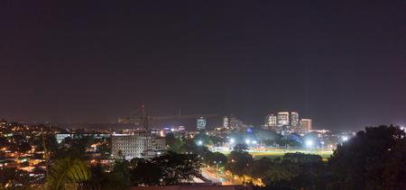 Stad 's nachts verlicht, Trinidad, Trinidad en Tobago