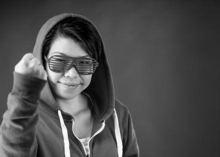 매력적인 여자 plein 배경에 재미있는 식과 극적인 조명 부드러운 조명 스튜디오에서 촬영 흑백, 흑백