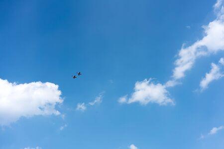 coordinacion: Actividad acrobática, acrobacias aéreas, Avión, industria aeroespacial, la Fuerza Aérea, Vehículo aéreo, Avión, Espectáculo aéreo, azul, Nube - Cielo, nubes, Color Image, Cooperación, Coordinación, Día, Avión de caza, Volar, Vuelo en formación, horizontal, de baja ángulo de visión, Mi Foto de archivo