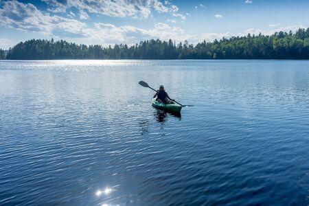 vrouw sportieve gezonde kajakken op het meer