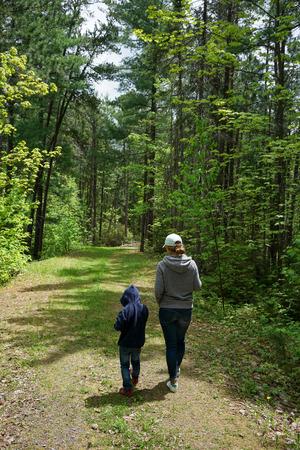 moeder en kind wandelen in het bos