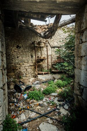 View of garbage and old ruined walls Imagens