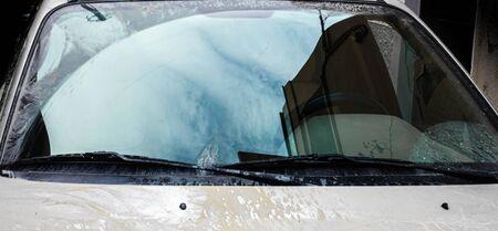 Pare-brise sale de voiture en cours de nettoyage par essuie-glace