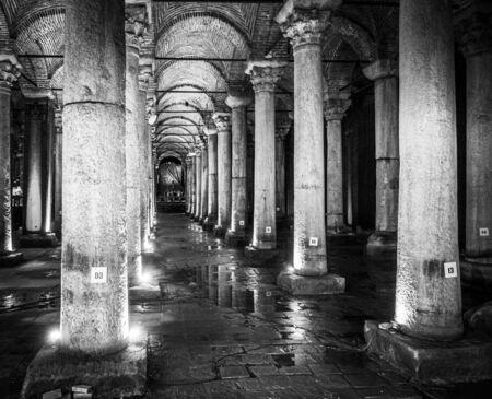 La Citerne Basilique est la plus grande de plusieurs centaines de citernes anciennes qui se trouvent sous la ville, Istanbul