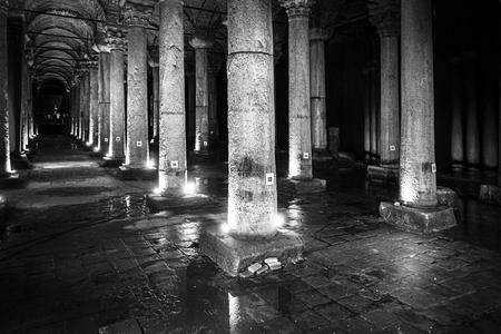 La Citerne Basilique est la plus grande de plusieurs centaines de citernes anciennes qui se trouvent sous la ville, Istanbul Éditoriale