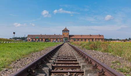 Auschwitz II - Birkenau의 상징적 인 철도 입구.