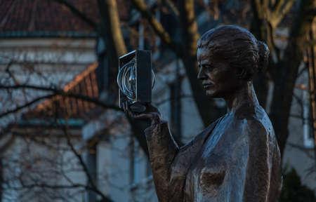 Un'immagine della statua di Marie Curie, catturata a Varsavia. Archivio Fotografico