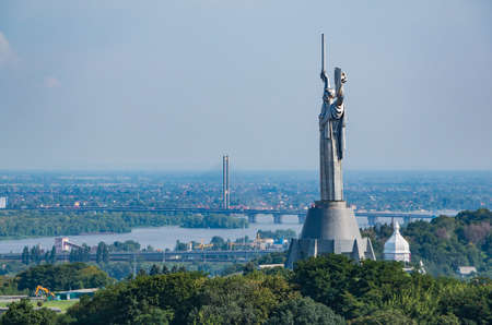 A picture of the The Motherland Monument as seen from a distance. 에디토리얼