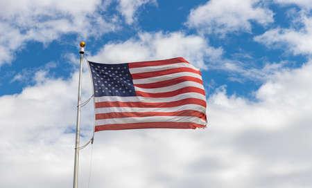 Una imagen de una bandera estadounidense ondeando en el aire. Foto de archivo
