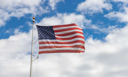 Une photo d'un drapeau américain flottant dans l'air. Banque d'images