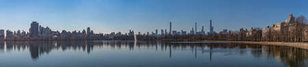 A panorama picture of the Jacqueline Kennedy Onassis Reservoir, in Central Park. 版權商用圖片