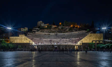 A picture of the Roman Theatre in Amman at night. Banque d'images